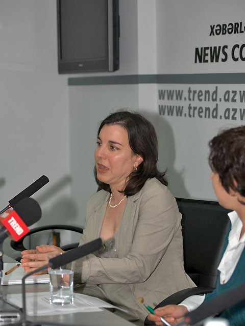 Transatlantic &amp Caucasus Studies Institute director Ziba Norman giving a press conference at Trend News Company, Baku, 25 September 2008